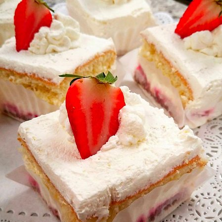 DeBary, FL: Strawberry Stracchiatella Cake