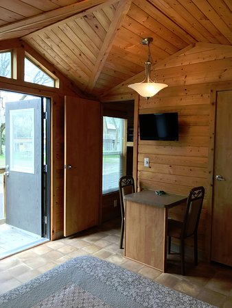 Wisconsin Dells KOA: Deluxe Studio cabin. Sleeps up to 4 people. Cable tv, mini fridge, bedding, bathroom, heat, A/C.