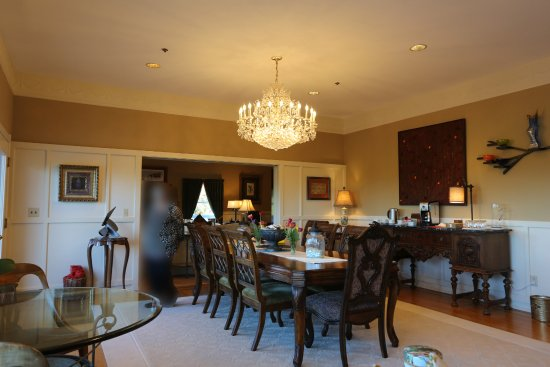 Bay Hill Mansion Bed and Breakfast: Dining room