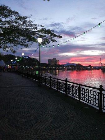 Pullman Kuching: The river promenade in Kutching