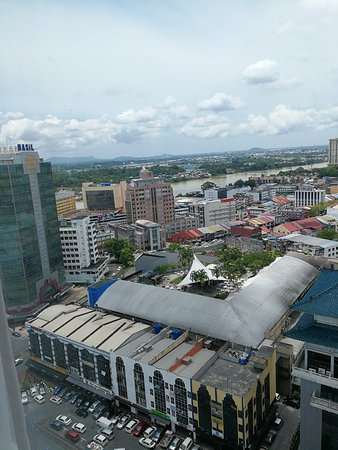 Pullman Kuching: The Top Spot Food Court can be seen on top of the building, in the middel of the picture