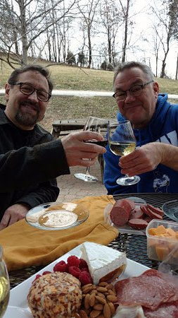 Dutzow, MO: Friends, food and WINE!