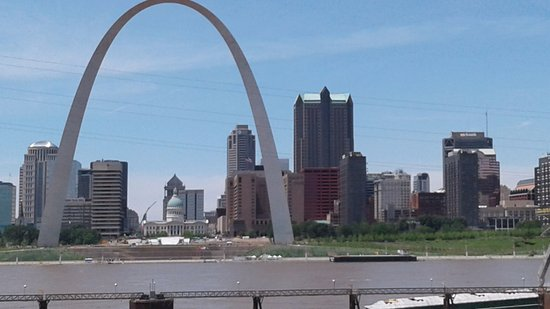 East Saint Louis, IL: View of Arch from platform