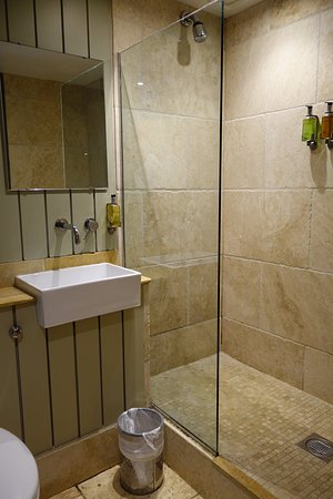 Minchinhampton, UK: Room 2's splashy shower