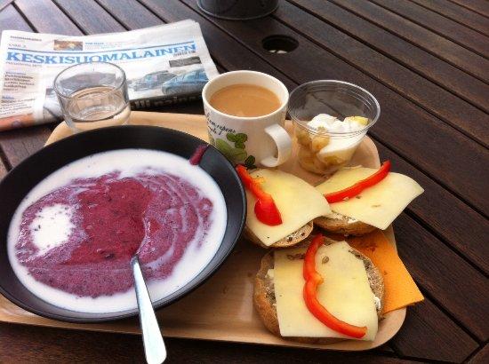 Saarijärvi, Finland: Aamiainen terassilla heinäkuussa.