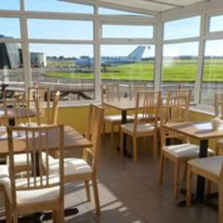 Sandtoft, UK: Our conservatory over looking the runway