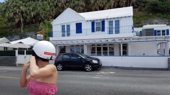 Flatts Village, Islas Bermudas: Village Pantry is easy to see and find on N. Shore Road