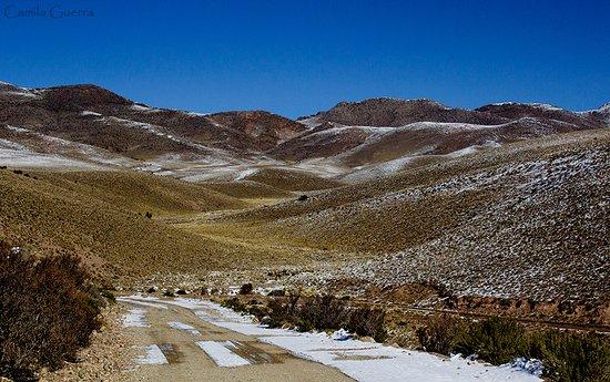 Cultura Cercana: Paisagem salpicada de neve nas montanhas de Mendoza. Maio de 2017