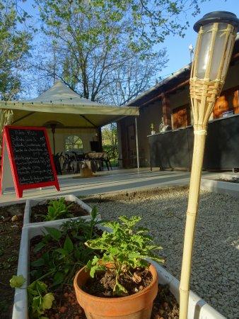 Florac, ฝรั่งเศส: Un cadre champêtre en bord de rivière ? Terrasse ombragée et semie-couverte, salle chauffée.