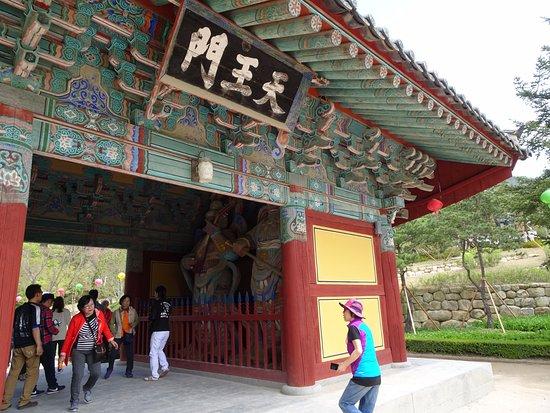 Gyeongju, Güney Kore: Puerta flanqueada por guardianes