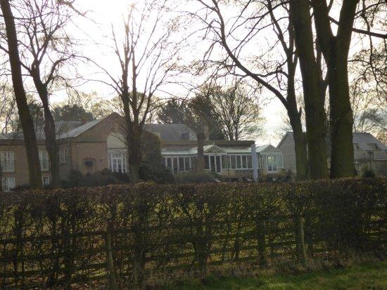 Normanton, UK: Hotel from footpath round Rutland Water