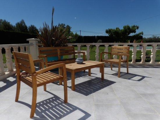 Terrasse avec salon de jardin - Picture of Le Saint Victor, Pernes ...
