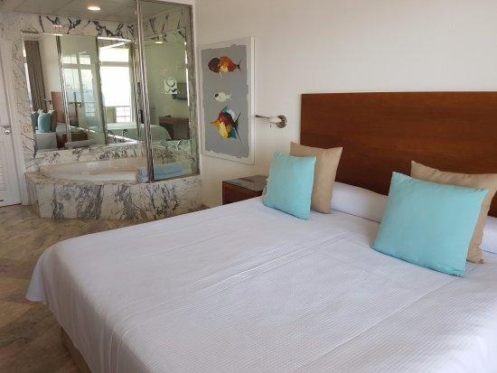 Schlafzimmer mit Badewanne, bequemes Bett - Picture of Club Puerto ...
