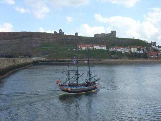 Pickering, UK: Whitby harbour with the Abbey ruins in the background.