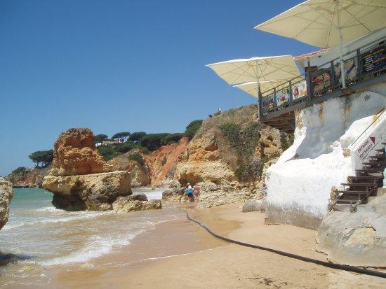 Praia dos Olhos de Água : tide comes right to cafe steps