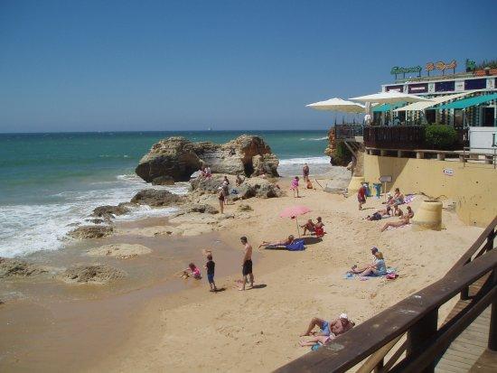 Praia dos Olhos de Água : small sandy beach from the town square