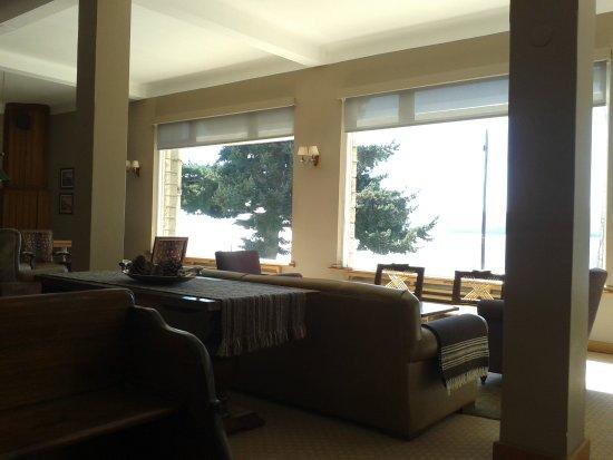 Hotel Tres Reyes: Estar con vista al lago