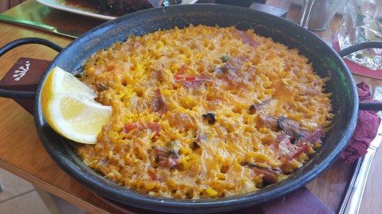 Mocubar: seafood paella