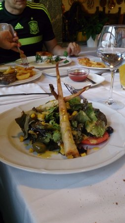 la parrilla: Ensalada de langosta, la cual estaba dentro de los palitos de ojaldre. Una delicia