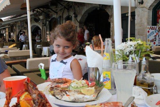 Zefyros Family Fish Taverna: еда и дочка