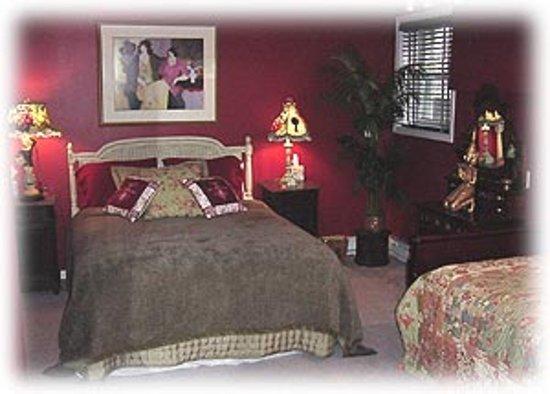 Woodstock, NY: Crimson room. queen and twin