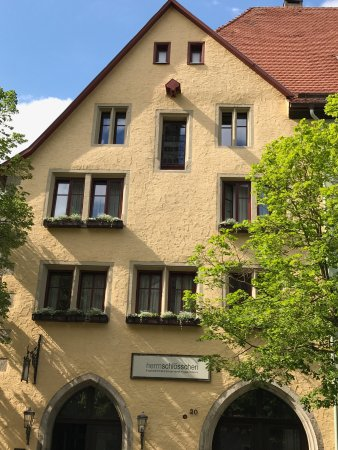 Hotel Herrnschloesschen: Hotel is well located about two blocks from the main square