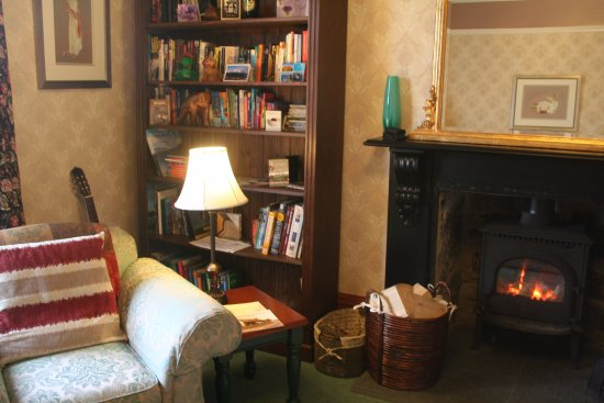 Grantown-on-Spey, UK: Wood burning stove in the comfortable guest lounge