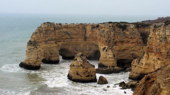 Hilton Vilamoura As Cascatas Golf Resort & Spa: rocky cliffs to the west of Villamoura