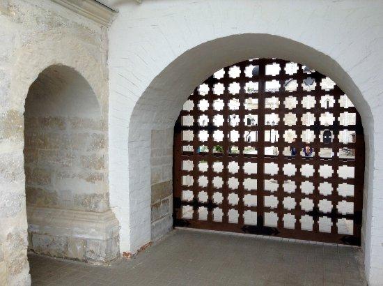 Serpukhov, Russia: Вход в монастырь - это вот этот проем слева, не ошибитесь, большие ворота закрыты.