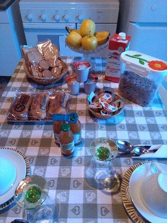 Valbrona, Italie : varia scelta di cibi per colazione