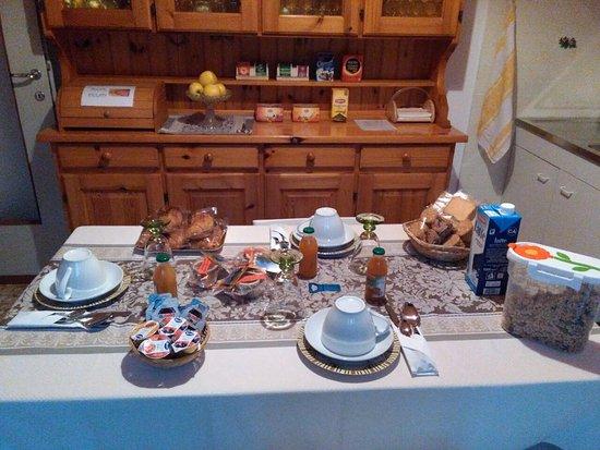 Valbrona, Italie : tavolo apparecchiato per la colazione