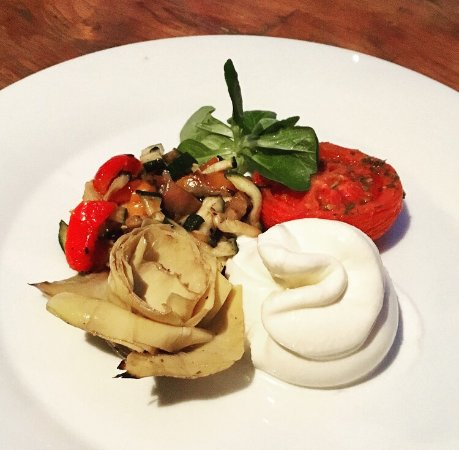 Podebrady, Τσεχική Δημοκρατία: Burrata with grilled vegetable and artichokes 👌🏼❤️