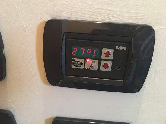 Hotel Alle Scuole: Temperatura do quarto as 23:30. O hotel diz q o ar condicionado não está funcionando, mas na rec