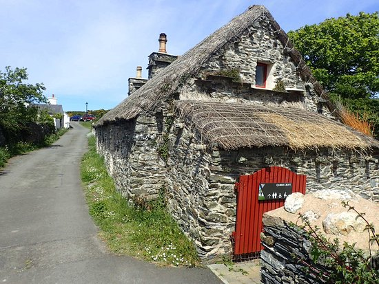 The National Folk Museum at Cregneash: Thatched outhouse.