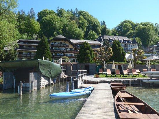 Fuschl am See, Austria: Blick vom privaten Hotelbootssteg zum Hotel