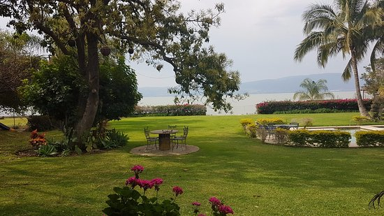 San Juan Cosala, Mexico: Esta es la vista que tuve desde la habitación que ocupé, donde podía ver el jardín y el lago de