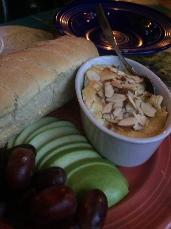 Hallowell, Мэн: baked brie with almonds and fruit