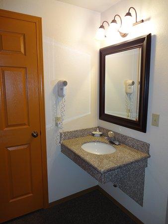 Seasons Motel: Sink area