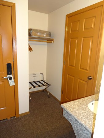 Seasons Motel: Closet area