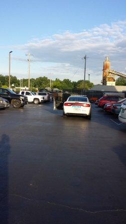 La Quinta Inn & Suites Memphis Airport Graceland : Memphis Police investigating the vehicle breakins...