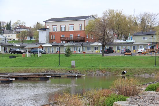 Temiskaming Shores, Canadá: View of hotel from boardwalk