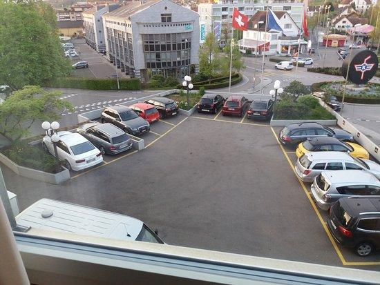 Kloten, Zwitserland: vista del 2 do piso. Panaderia esta donde estan las banderas.