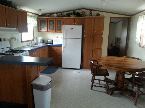 Indian River, MI: Mobile home kitchen and dining room. Fully equipped.