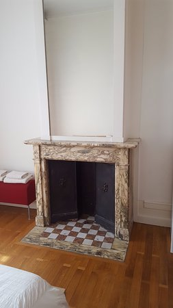 Bed and Breakfast Leopold II: Fireplace in front bedroom