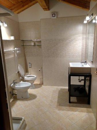Tessera, Italy: Large, clean bathroom