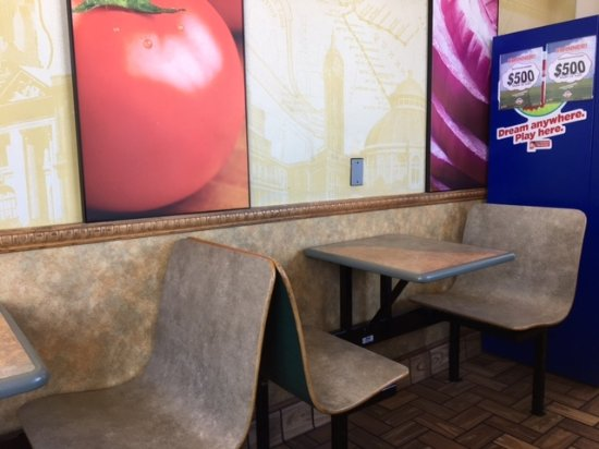 Remington, IN: Subway dining area