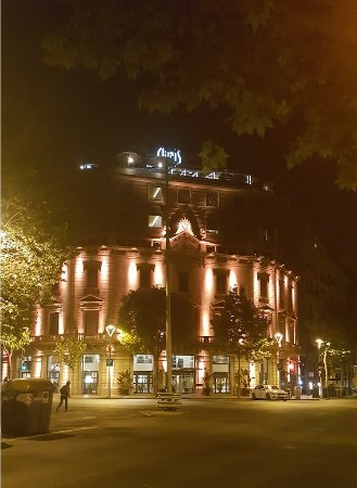 Hotel Claris: Hotel Pau Claris at night