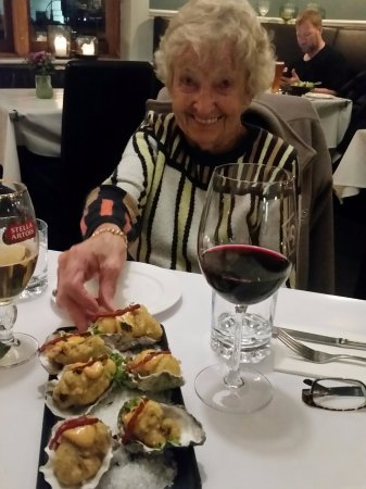 Cambridge, นิวซีแลนด์: Mum with the tempera oysters
