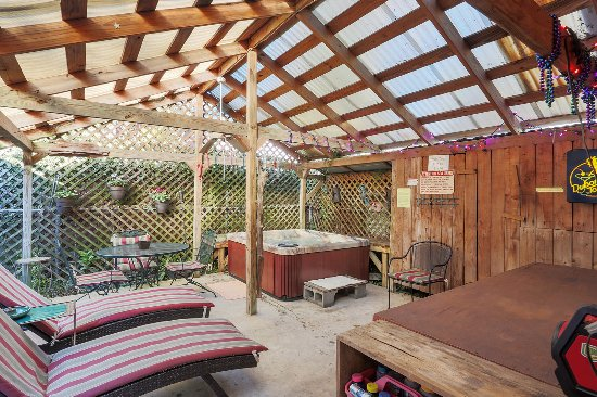 Little Eazy Guest House: Relax in the hot tub on the back patio! A great way to end the day...