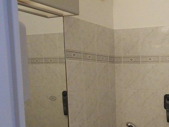 Hotel La Terrasse: Grande salle de bains avec un manque de lumière